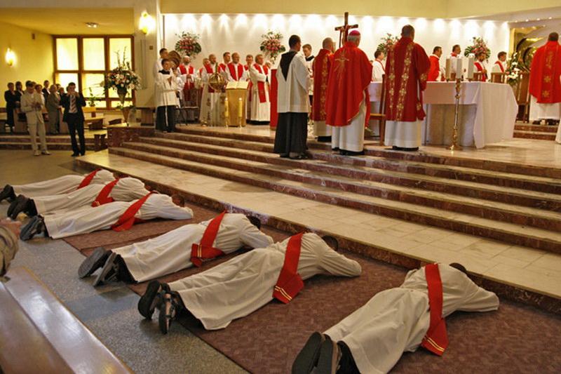 Chrystus daje szczególny udział w swoim kapłaństwie biskupom i ich współpracownikom kapłanom oraz diakonom